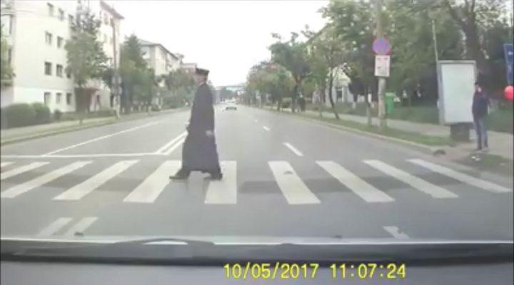 Preot din Bacau trece pe rosu