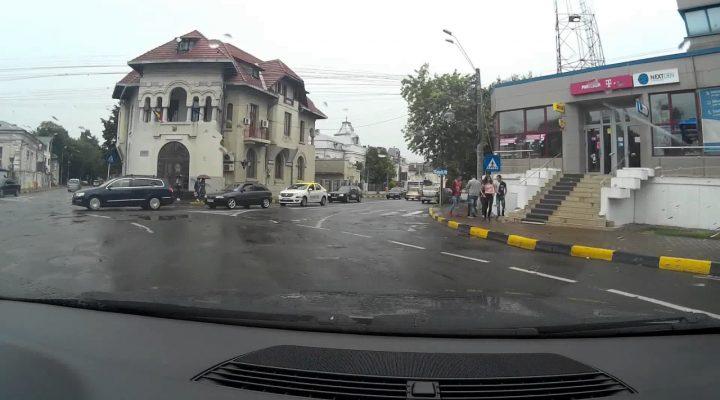 un taximetrist idiot ! loveste pietonii pe trecere !