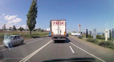 Accident Bacau. Nu te pune cu camionul.