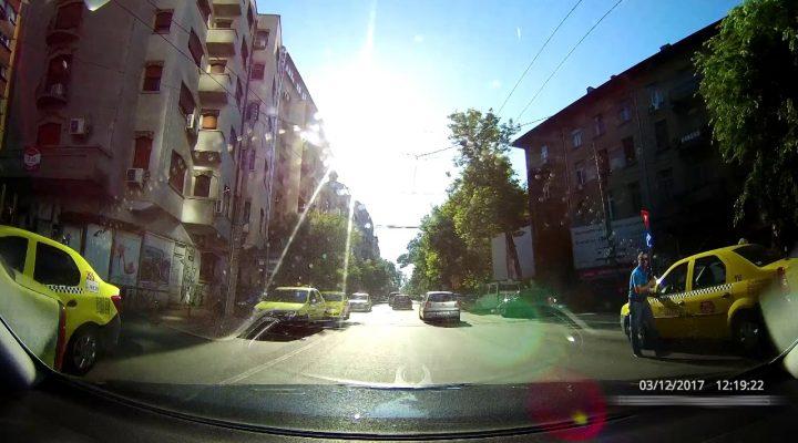 Manevra foarte periculoasa efectuata de catre un sofer de taxi din Bucuresti