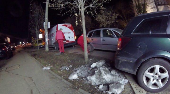 Cum se mută mașina cuiva parcată lângă punctul de lucru