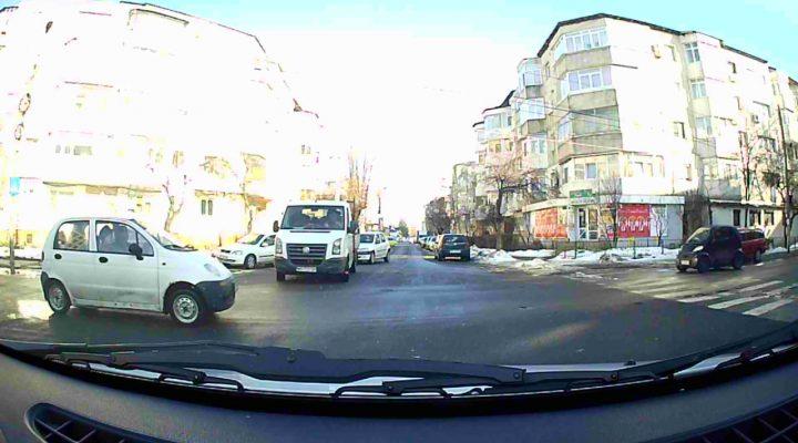 Cine are prioritate? Camioneta care vireaza la stanga sau masina cu camera video?